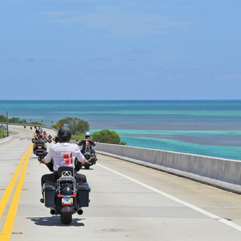 Motorcykler over Overseas Highway i Florida - USA